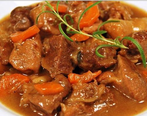 Тушеная говядина с морковью и луком